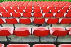 Assentos vermelhos do Bleacher fotografia de stock royalty free
