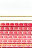Assentos vermelhos do estádio imagens de stock