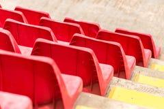 Assentos vermelhos do estádio imagens de stock royalty free