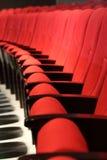 Assentos vermelhos em um teatro foto de stock