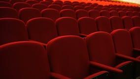 Assentos vermelhos vazios do cinema ou do teatro vídeos de arquivo