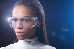 Assertief Afrikaans meisje met licht op eyewear royalty-vrije stock foto