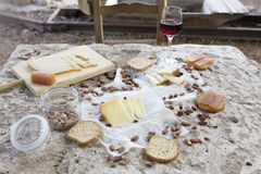 Asseyez-vous svp et mangez Chaise vide devant la variété de fromage Images stock