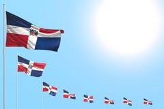 Assez beaucoup de drapeaux de la République Dominicaine ont placé diagonal sur le ciel bleu avec l'endroit pour le texte - n'impo illustration stock