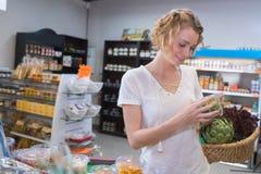 Assez blond avec le sac d'épicerie dans le supermarché photos libres de droits