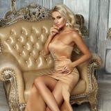 Assez blond dans la robe de sirène photographie stock