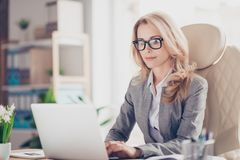 Assez, charmant, femme blonde employant le netbook Images stock