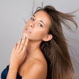 Assez de l'adolescence avec le cheveu soufflant en arrière Image stock