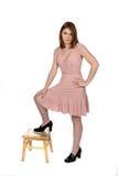 Assez de l'adolescence dans la robe rose photographie stock libre de droits