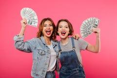 Assez deux amis émotifs de femmes tenant l'argent Images libres de droits