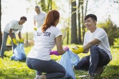 Assez deux volontaires impliquant dans le programme volontaire photos stock