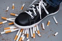 Assez ! Homme essayant d'abandonner le tabagisme Photographie stock