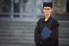 Assez, jeune femme célébrant joyeux son obtention du diplôme Photos stock