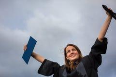 Assez, jeune femme célébrant joyeux son obtention du diplôme Photo libre de droits