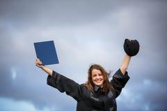 Assez, jeune femme célébrant joyeux son obtention du diplôme images stock