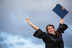 Assez, jeune femme célébrant joyeux son obtention du diplôme Image stock
