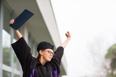 Assez, jeune femme célébrant joyeux son obtention du diplôme Photographie stock libre de droits