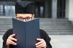 Assez, jeune femme célébrant joyeux son obtention du diplôme Photographie stock