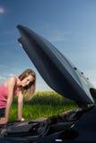 Assez, jeune femme par le bord de la route Image libre de droits