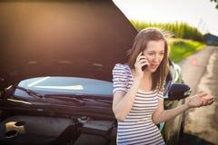Assez, jeune femme par le bord de la route Image stock