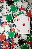 Assi e chip della mano di mazza di poker fotografia stock