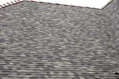 Assicelle del tetto con i cappucci dell'argilla immagine stock libera da diritti