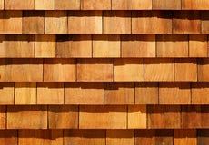 Assicelle di legno occidentali del cedro rosso come raccordo della parete Fotografie Stock
