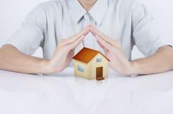 Assicurazione della casa di concetto della casa di protezione della mano del rappresentante di affari Immagine Stock Libera da Diritti