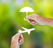 Assicurazione di viaggio della tenuta della mano, concetto di assicurazione Fotografia Stock