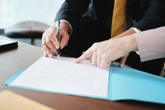 Assicurazione malattia asiatica di Signing Agreement For del responsabile con la donna di affari immagini stock libere da diritti