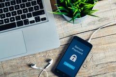 Assicuri il messaggio di pagamento sullo schermo dello Smart Phone Dettaglio del posto di lavoro Fotografia Stock