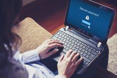 Assicuri il pagamento sullo schermo Donna che digita su un computer portatile Immagine Stock