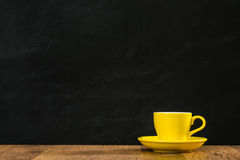 Assiette creuse jaune de café remplie d'expresso chaud Photos libres de droits