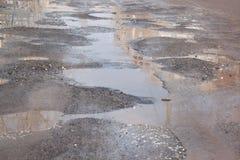 Assiette de la route détruite dangereuse La route asphaltée par mauvais photos libres de droits