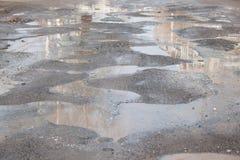 Assiette de la route détruite dangereuse La route asphaltée par mauvais image stock