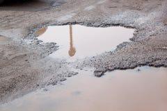Assiette de la route détruite dangereuse La route asphaltée par mauvais photo stock