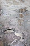 Assiette de la route détruite dangereuse La route asphaltée par mauvais Grand nid de poule rempli avec de l'eau images libres de droits