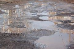Assiette de la route détruite dangereuse La route asphaltée par mauvais Grand nid de poule rempli avec de l'eau photo libre de droits