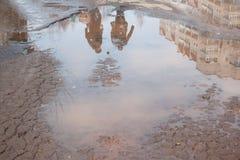 Assiette de la route détruite dangereuse La route asphaltée par mauvais Grand nid de poule rempli avec de l'eau photos libres de droits