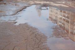 Assiette de la route détruite dangereuse La route asphaltée par mauvais Grand nid de poule rempli avec de l'eau photographie stock