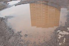 Assiette de la route détruite dangereuse La route asphaltée par mauvais Grand nid de poule rempli avec de l'eau images stock