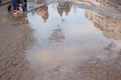 Assiette de la route détruite dangereuse Le mauvais a asphalté la route avec un grand nid de poule rempli avec de l'eau image stock