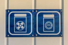 Assina dentro branco e azul, mostrando a ilustração da máquina de lavar e do secador fotos de stock