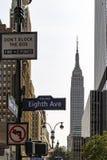 Assina dentro New York City no canto da avenida oito e St do oeste do 34o fotos de stock royalty free
