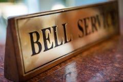 Assina o sino na tabela em um hotel de luxo Foto de Stock