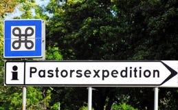 ASSINA um sinal estranho na frente de uma igreja sueco foto de stock