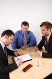 Assinando um contrato Imagens de Stock Royalty Free