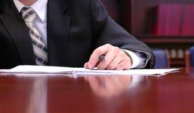 Assinando um contrato Fotografia de Stock