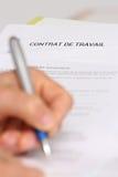 Assinando um contrato de emprego francês Fotos de Stock