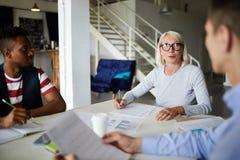 Assinando um contrato durante uma reunião foto de stock royalty free